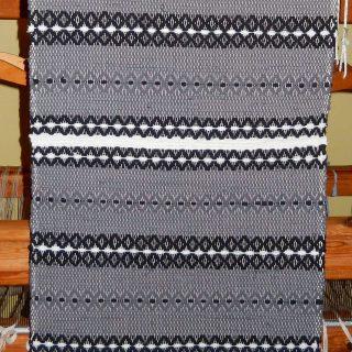 Traslöpare i grått, svart och vit.
