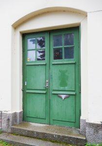 Bilden visar en grön dubbeldörr