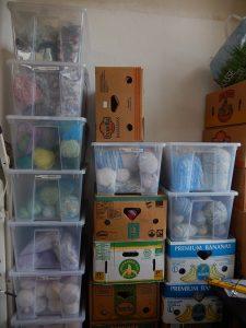 Plastbackar och banankartonger i staplar visar på mängden av material